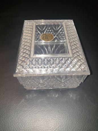 Bota e antiga caixa cristal D'Arques guarda jóias