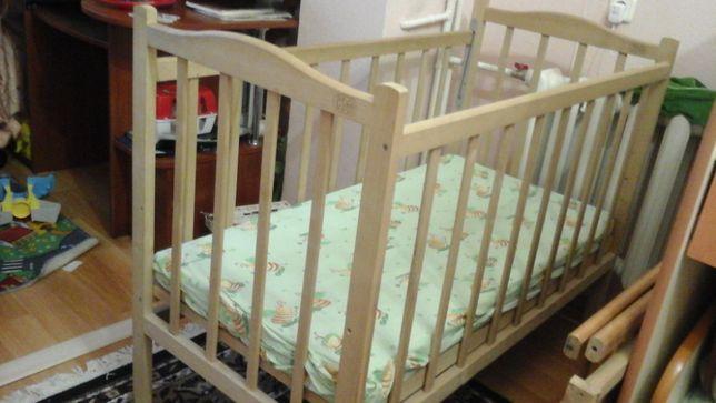 Продаю детскую деревяную кроватку и матрасик