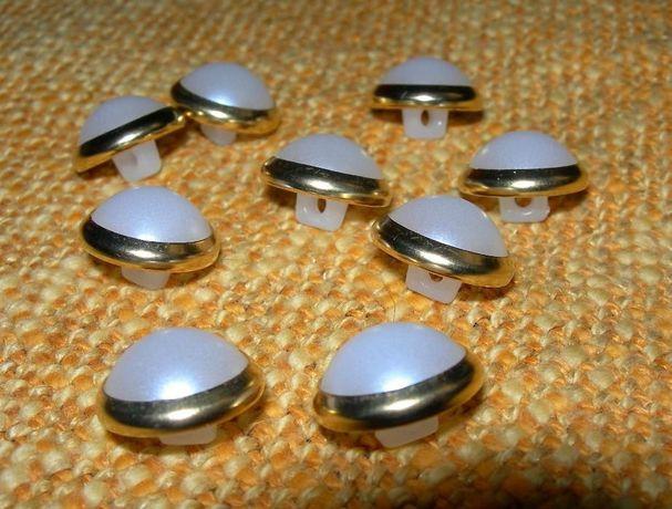 Białe perłowe guziki na stopce - kopułki ze złotą obwódką - 9 sztuk