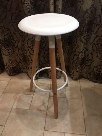 Белый высокий барный стул  на деревянных ножках