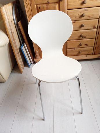 Krzesła białe na metalowych nogach