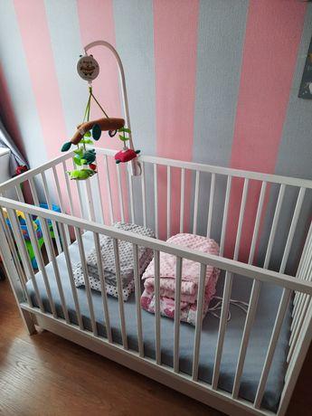 Łóżeczko dziecięce z materacem, karuzelką i poscielą