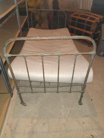 Stare łóżko.