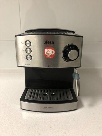 Máquina de Café Manual UFESA CE7240 (20 bar - Café moído e pastilhas)