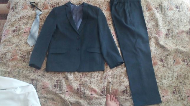 Школьный костюм на мальчика. 4-5 класс б/у. в отличном состоянии.