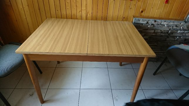 Stół o wymiarach 106/75 cm jasny