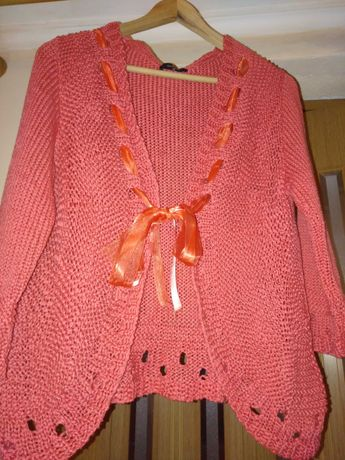 Casaquinho cor salmão, mimoso e elegante. É 100% algodão tricotado.