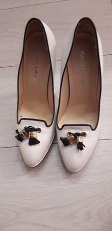 Туфлі білого кольору