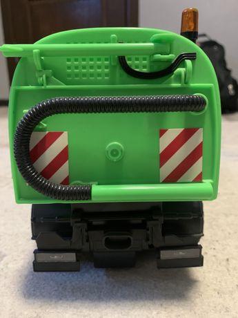 Игрушка пылесос, присуцтвуют щетки и рабочий механизм.