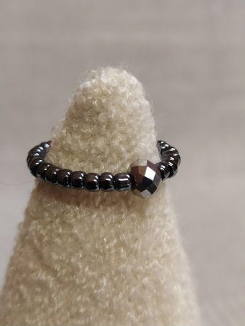 Pierścionek elastyczny z hematytem.
