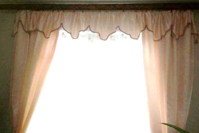 Продається  гарний  комплект  штор  (дві штори і балдахін) як новий.