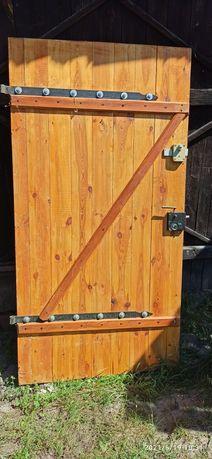 Stare drzwi z litego drewna
