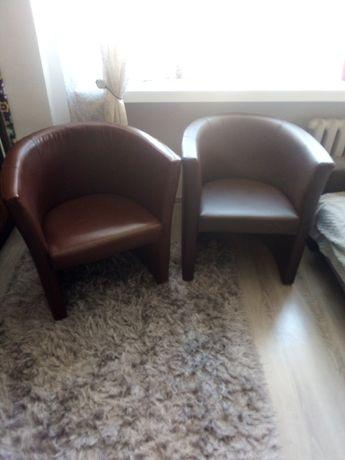 2 fotele podobne kolory.