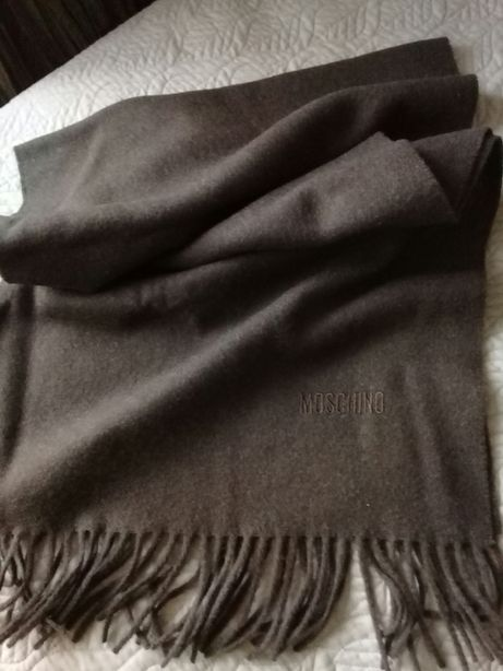 Брендовый шарф от moschino.