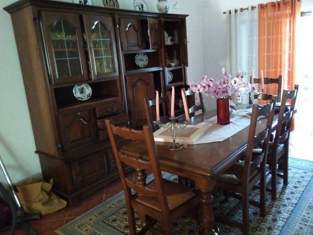 Lindíssima sala jantar completa em madeira maciça só 500€!!!