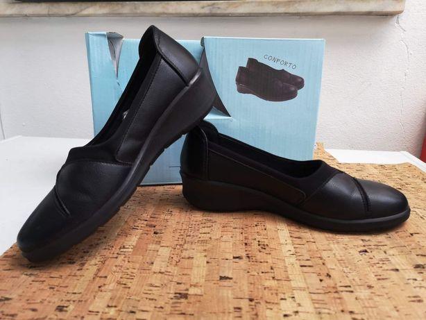 Sapatos de pele de mulher usados uma vez