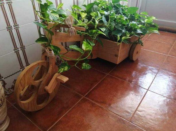 Suporte em madeira para vaso em forma de triciclo.