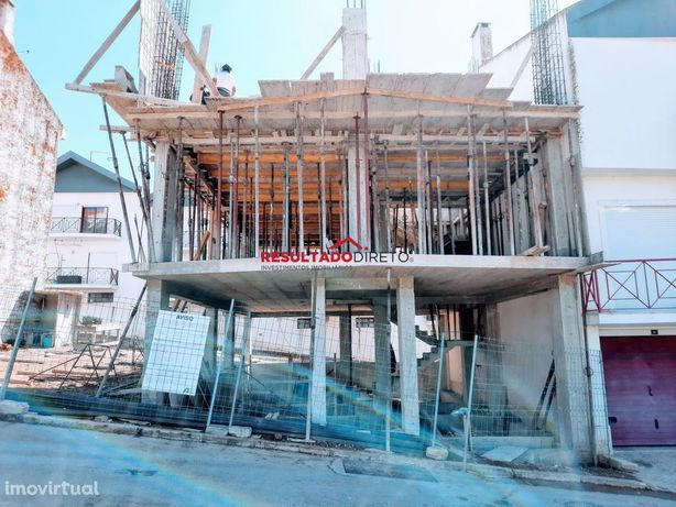 Moradia V3 geminada a ser construída em  Vialonga