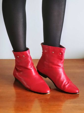 Czerwone botki w rockowym stylu