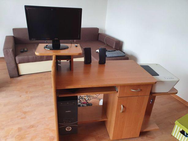 Komputer stacjonarny z biurkiem