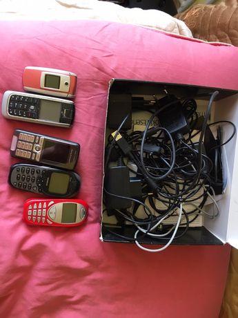 Zestaw ładowarek i telefonów na klawisze