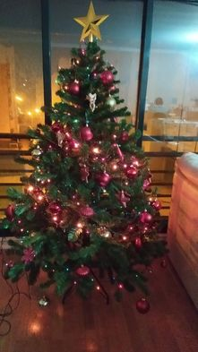 Árvore de Natal com decoração e luzes