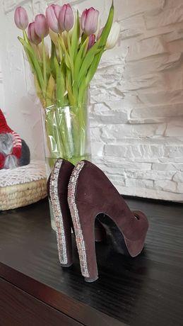 Красивые туфли со стразами