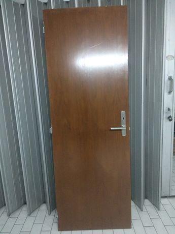 Portas em madeira, para interior, com aduelas, fechaduras e puxadores