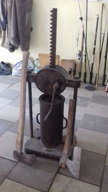 Stara nabijarka do mięsa razem z toporem - zabytek, 100 lat, szynkowar