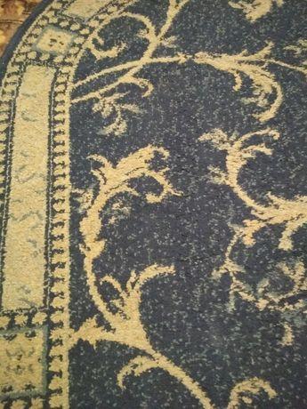 Овальный ковер синего цвета