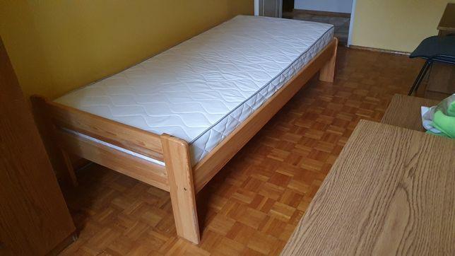 Łóżko z materacem.