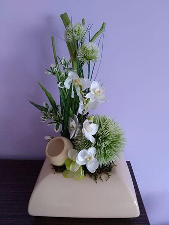 Stroik sztuczne kwiaty na mchu