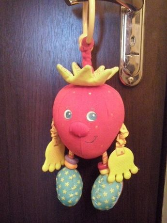 Развивающая игрушка-подвеска Клубничка Tiny Love