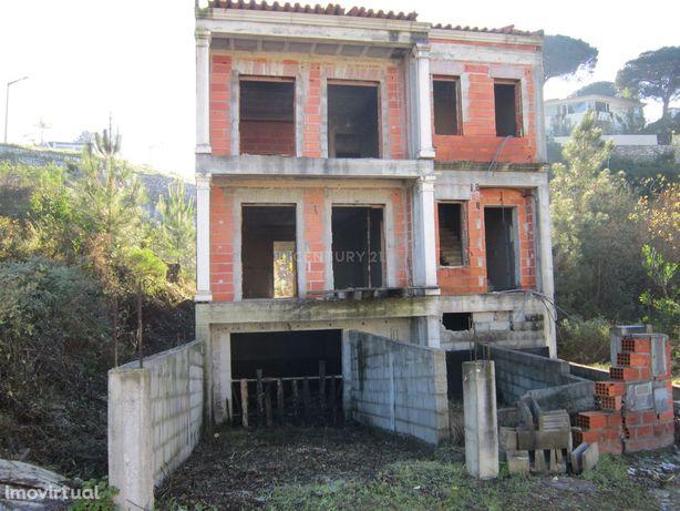 Terreno na Quinta do Chorão com moradia em construção.