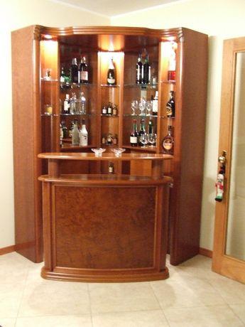 Móvel bar em cerejeira com focos embutidos