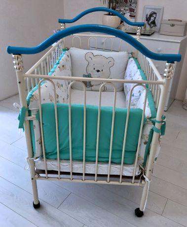 Кроватка детская металлическая с колесиками Geoby