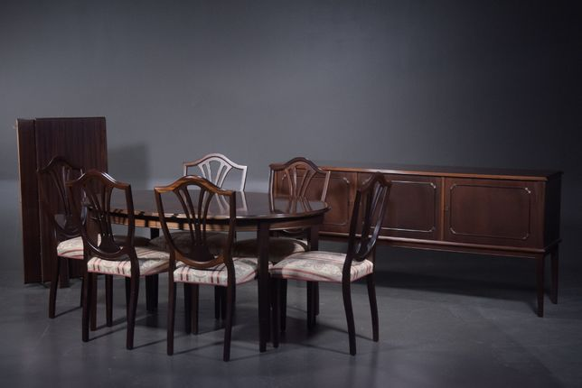 Stół z krzeslami , komoda