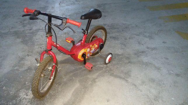 Bicicleta para criança, com rodas de apoio removíveis.