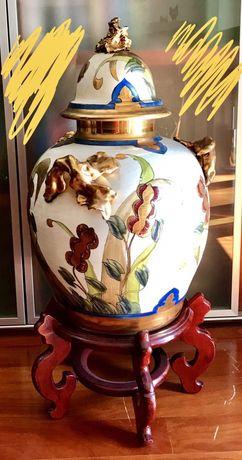 Pote de porcelana com base em madeira