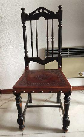 Cadeira de sala em madeira com costas altas