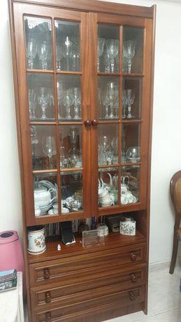 Cristaleira de madeira com 3 gavetas