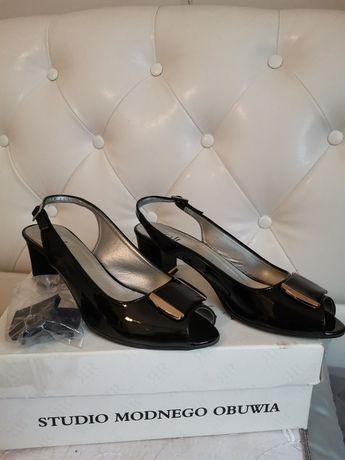 Sandały czarne lakierowe z zdobieniami złotymi rozm. 39