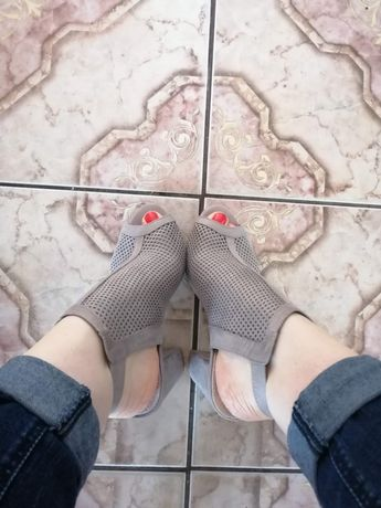 Sandały beżowe na słupku r.39