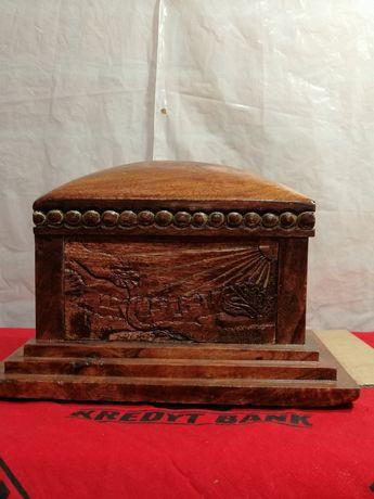 Skarbonka drewniana rzeźbiona. Motyw religijny.