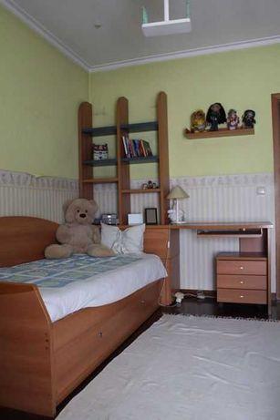 Cama de Solteiro dupla com secretária, prateleira e mobília incluída