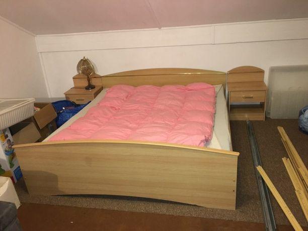 Łóżko podwójne + dwa materace + dwie szafki nocne