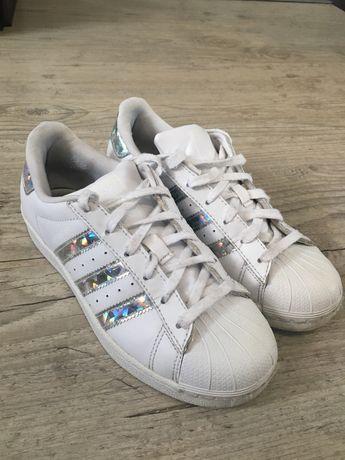 Białe buty adidasa superstar