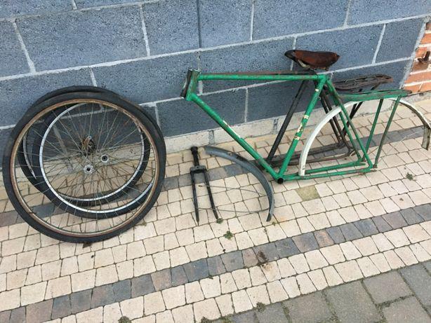 Dwie ramy od radzieckich rowerów, plus widelec, koła