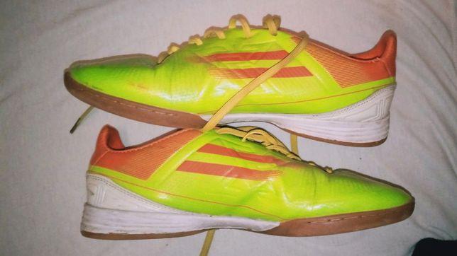 Футбольные кроссовки в хорошем состоянии