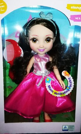 Urocza Lalka w Pięknej Sukience